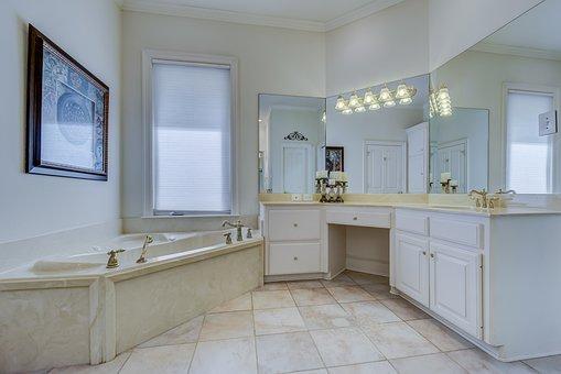 zestaw białych mebli do łazienki