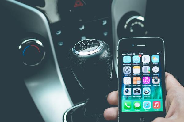 uchwyt samochodowy na smartphone na przyssawkę
